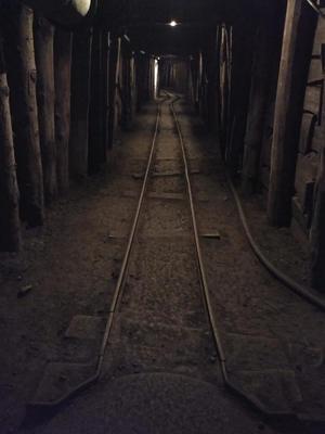 Slika tirov v rudniškem rovu